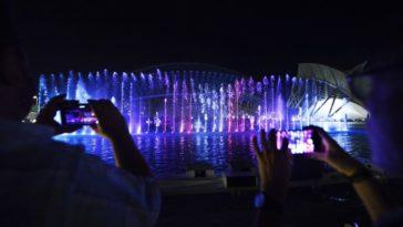 Шоу света, воды и звука устраивают с четверга по субботу вокруг скульптур Тони Крэгга на озере при Планетарии
